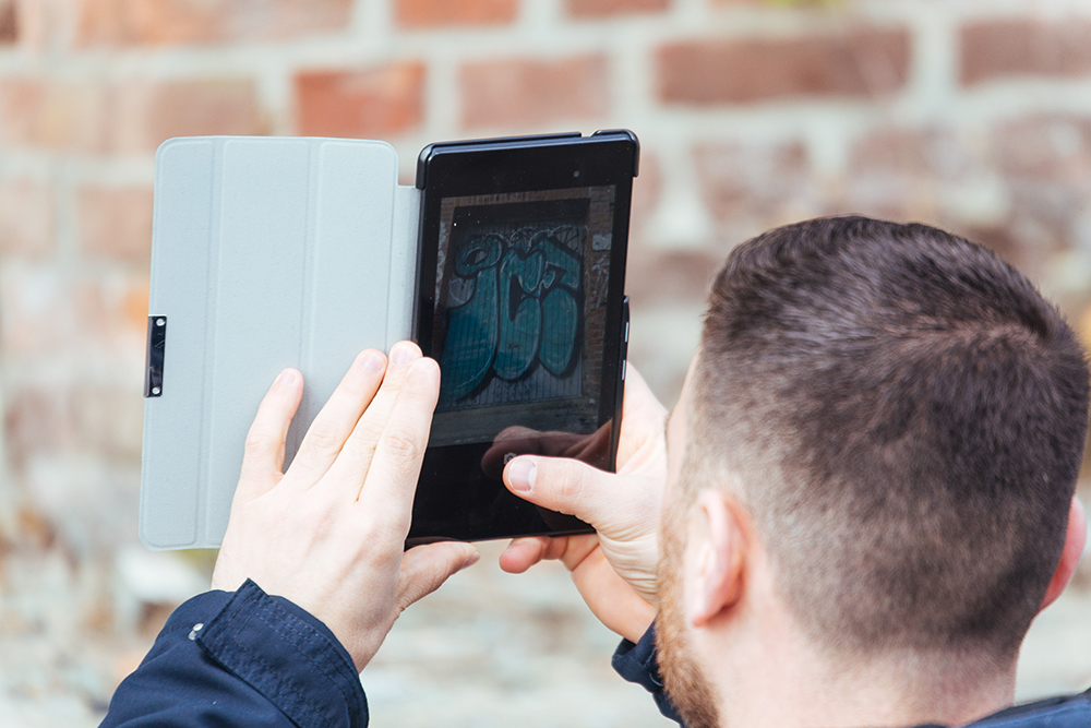 Studierende fotografieren mithilfe einer App Graffiti